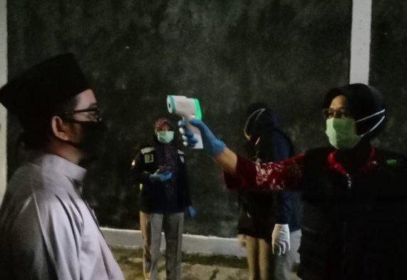 Pelayat Ibunda Jokowi Wajib Pakai Masker Hingga Disemprot Disinfektan Sebelum Masuk ke Rumah Duka