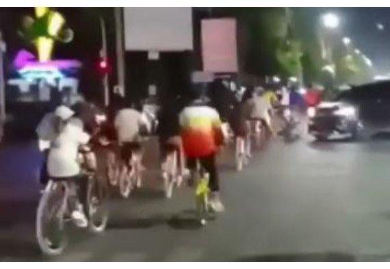 VIRAL Rombongan Sepeda Terobos Lampu Merah di Tegal Sambil Bunyikan Bel & Bersorak